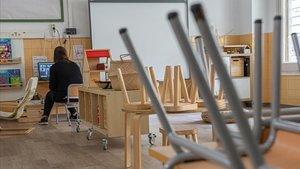 Una profesora del colegio público Octavio Paz de Barcelona se conecta para una clase con sus alumnos, el pasado junio.