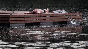 Un hombre trata de refrescarse cerca del río Moskva durante un caluroso día en Moscú, el jueves pasado.