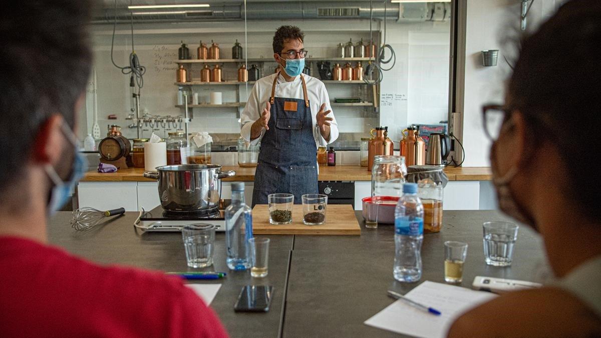 Robert Ruiz explica cómo hacer kombucha en uno de los talleres de Lov Ferments.