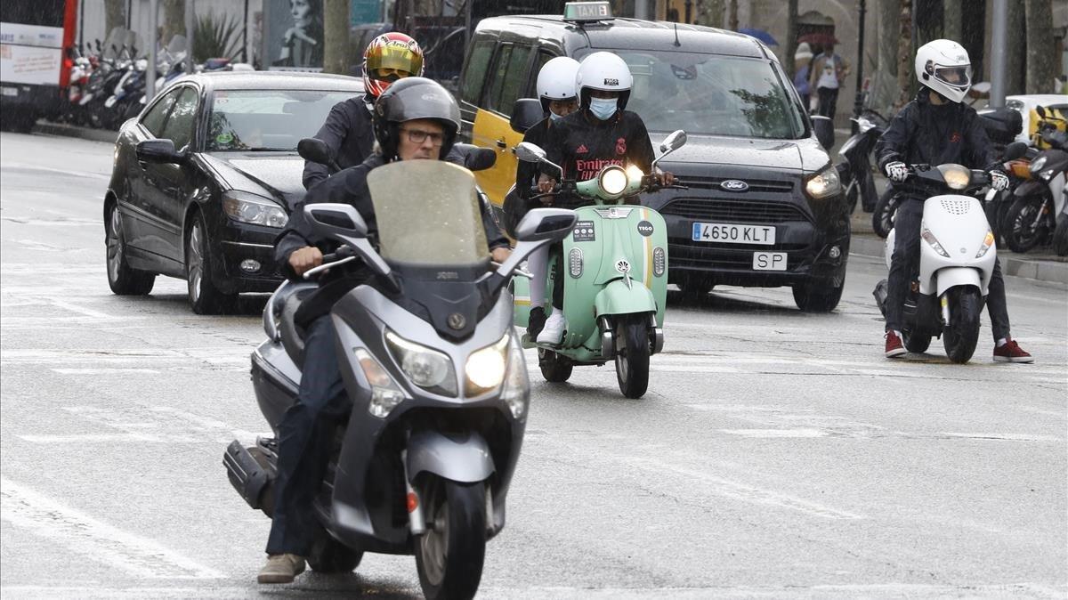 Motos particulares y compartidas en Barcelona, ayer.