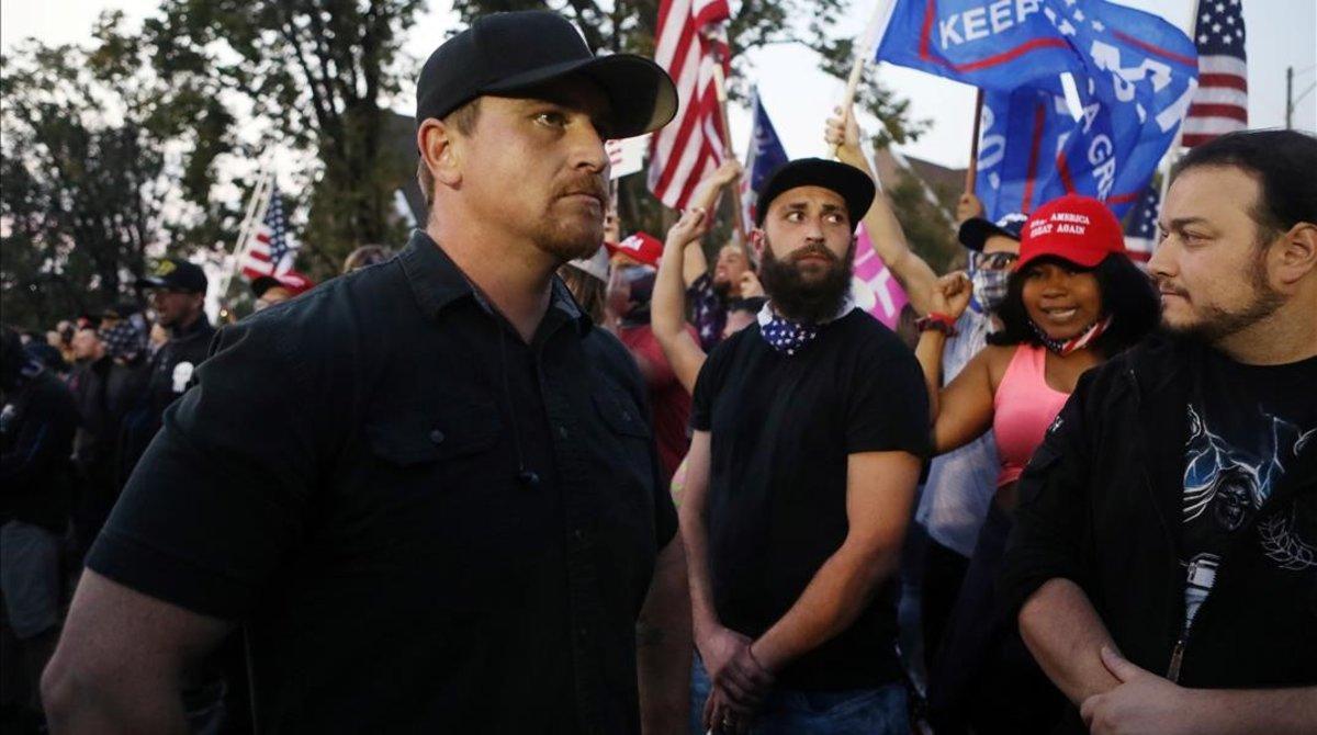Miembros del grupo de extrema derecha Proud Boys, en Salt Lake City, ante la sede donde se celebró el debate entre Mike Pence y Kamala Harris.