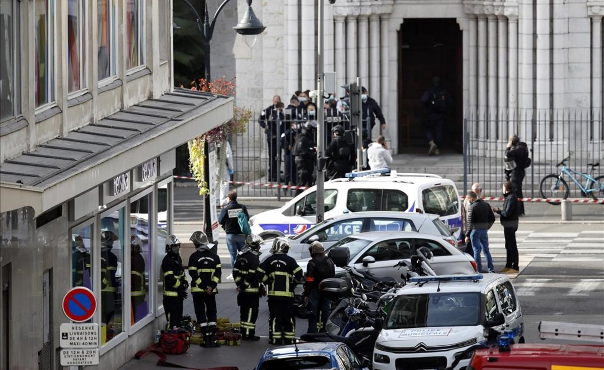 Agentes de policía a la entrada de la basílica de Notre Dame de Niza, donde se ha producido el ataque con cuchillo.