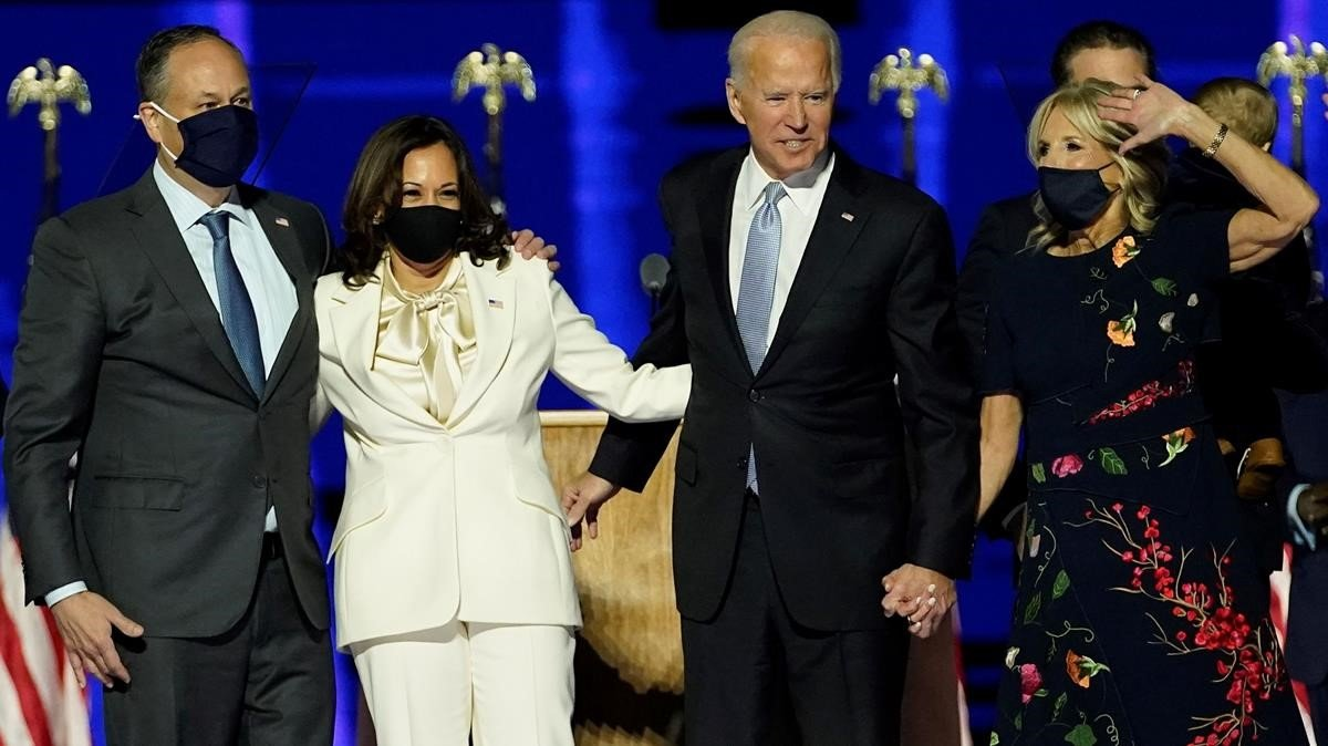 Kamala Harris y Joe Biden, junto a sus parejas saludan a la multitud en el escenario después de que Biden pronunció su discurso en Wilmington, Delaware.
