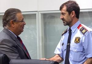 El ministro del Interior, Juan Ignacio Zoido, junto al sustituto de Josep Lluís Trapero al frente de los Mossos, Ferran López.