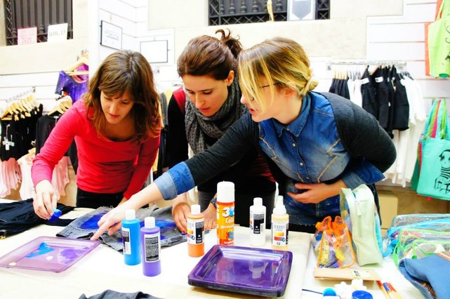 Marta Barberá imparte uno de sus talleres de galaxy print.