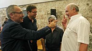 Lluís Rabell xerra amb Joan Coscubiela (ICV), Albano Dante Fachin (Podem) i Núria Lozano (EUiA), ahir al Convent de Sant Agustí de Barcelona.