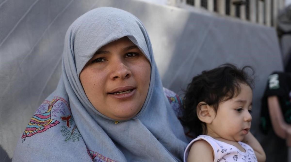 Una mujer refugiada al norte de Raqqa con su hijo.