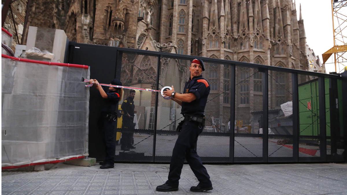 Desalojo frente a la Sagrada Familia por una furgoneta sospechosa.