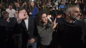 Albert Rivera e Inés Arrimadas, junto a Carlos Carrizosa, este martes, en el Teatre Auditori de Granollers.