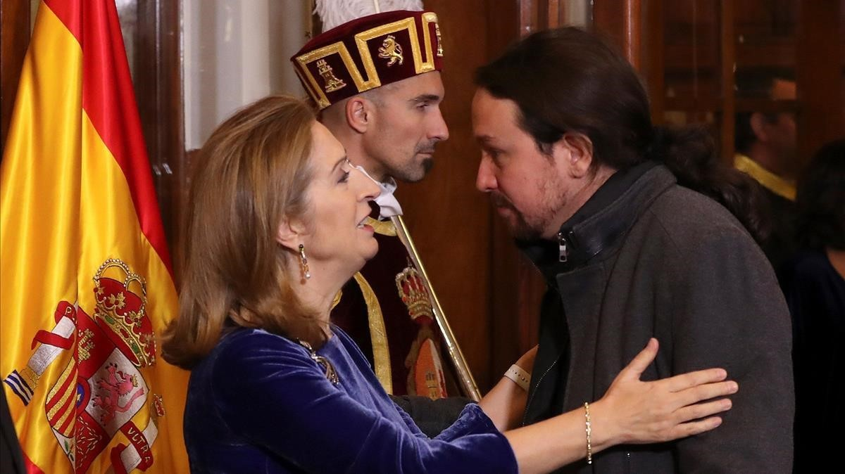 La presidenta de la Cámara Baja, Ana Pastor saluda al líder de Podemos, Pablo Iglesias.