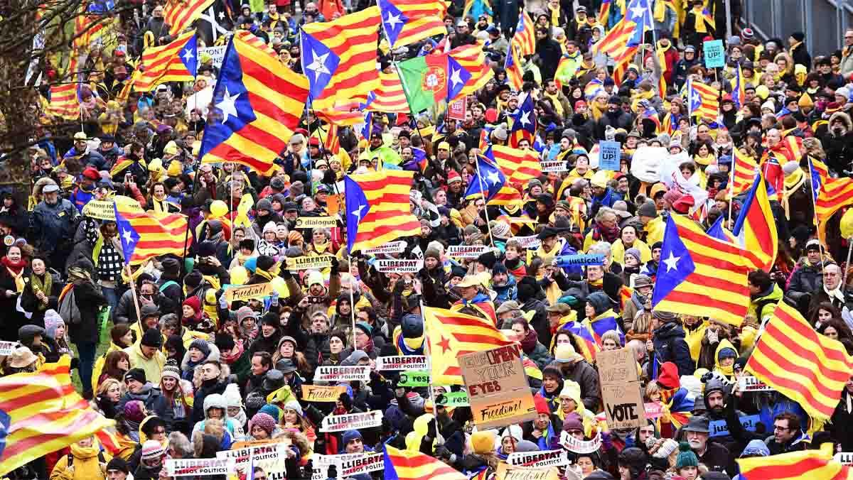 Puigdemont, rebut a crits de president a la manifestació a Brussel·les