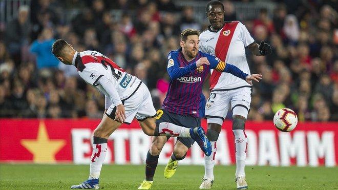 Messi se escapa de la presión de Comesaña e Imbula 90bc006d8c849