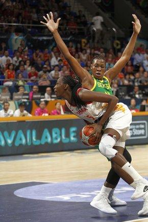 Astou Ndour realiza una maniobra de tiro durante el partido ante Senegal.