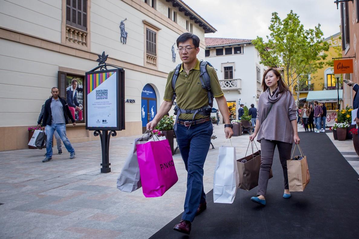 Turistas orientales en un día de compras en la Roca Village.