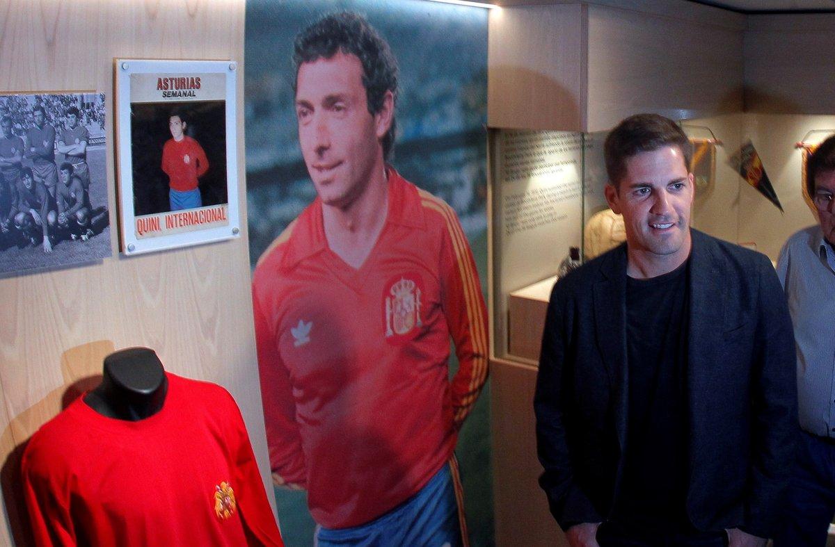 El seleccionador Robert Moreno junto a una imagen de Quini con España.
