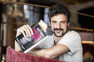 Brett Scott, promocionando su libro 'Hackeando el futuro del dinero', en Barcelona.