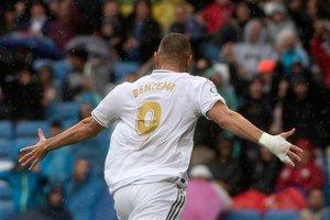El madridista Benzema celebra uno de sus goles ante el Levante.