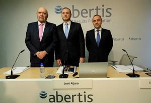 La guerra por Abertis comenzó a mediados de abril, cuando Atlantia expresó su interés por explorar una posible operación corporativa con la catalana.