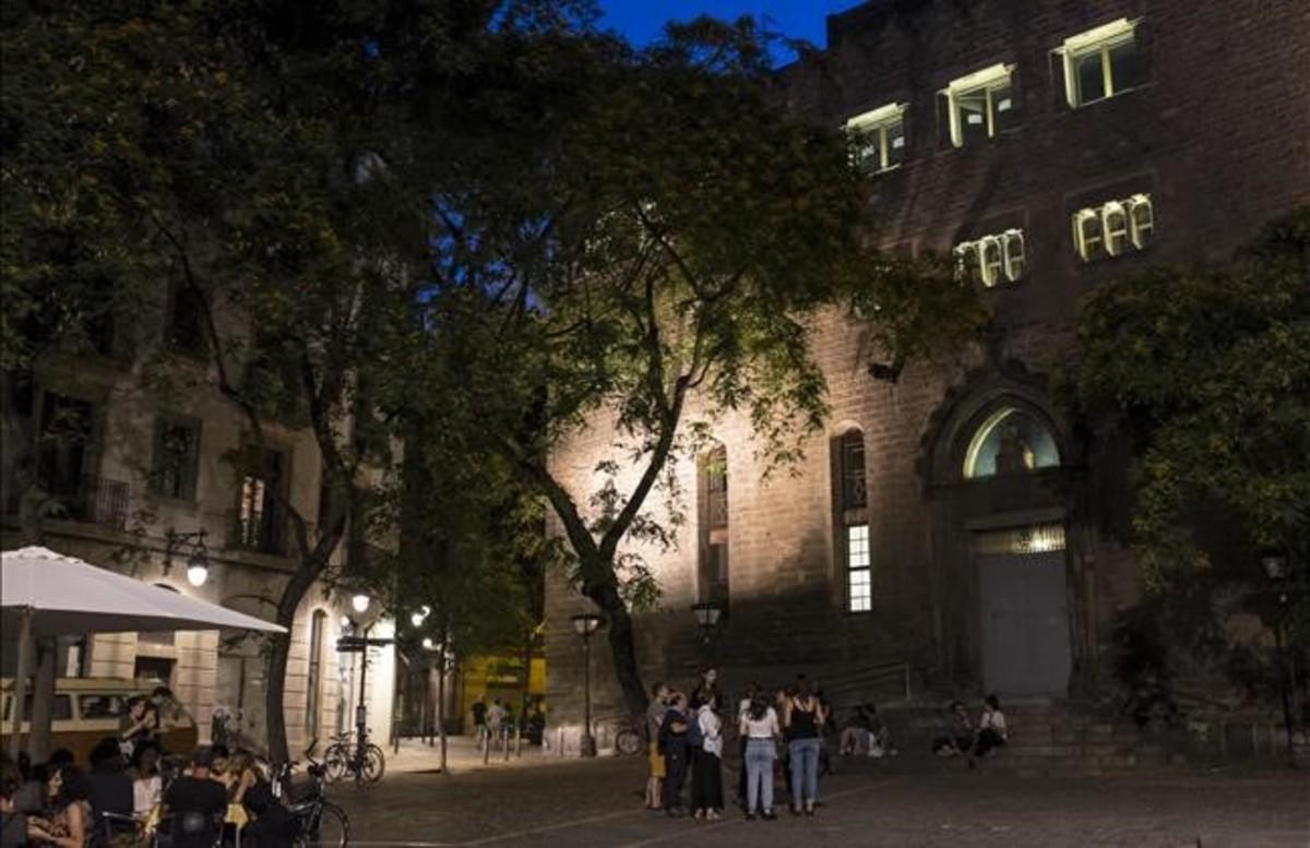 Monasterio de Sant Pere de les Puel·les. Dicen que cuando hay luna llena, a las doce de la nochese puede oír llorar a una mujer.