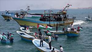 Activistas palestinos se embarcan este martes en un acto protesta con el objetivo de saltarse el bloqueo marítimo israelí.