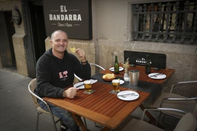 El actor Toni Albà en la terraza del bar El Bandarra.