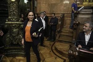 Ada Colau pasa junto a Jaume Collboni (PSC), el pasado vienesen el pleno del Ayuntamiento de Barcelona.