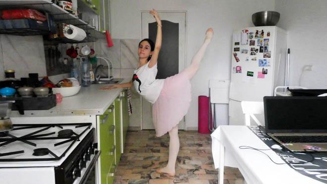 Ada González haciendo clase de ballet en la cocina de su casa