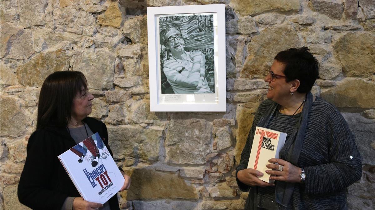 Adelais de Pedrolo (izquierda) y Anna Maria Villalonga, en la sede de la editorial Comanegra con los dos últimos libros reeditados del escritor.