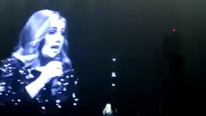 Momento en que Adele rompe a llorar al dedicar su concierto a las víctimas de Orlando.