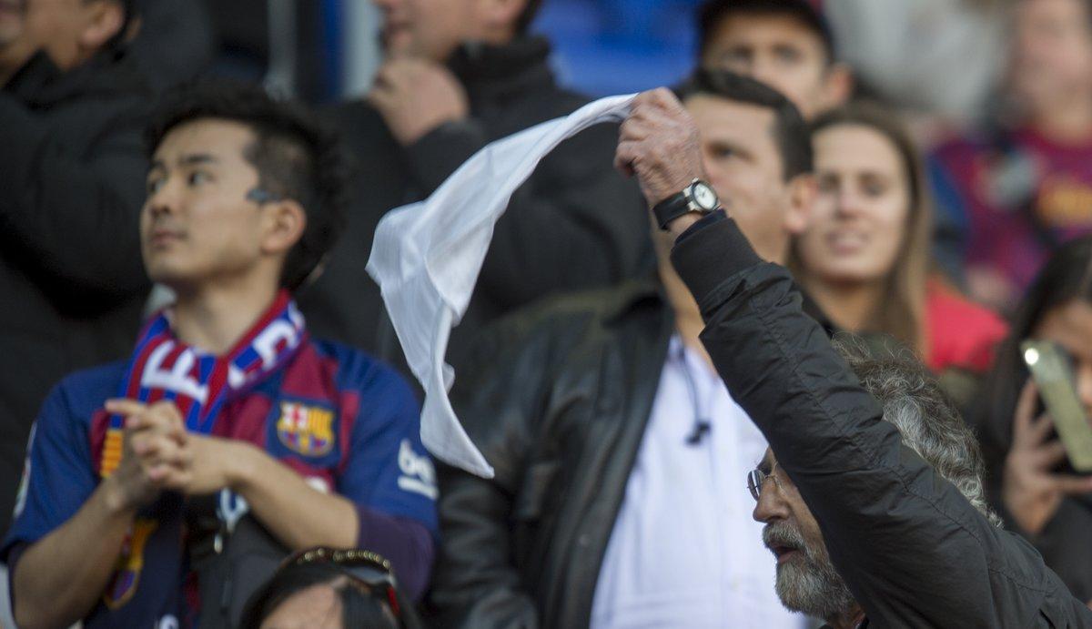 Un aficionado agita su pañuelo durante los cánticos que pidieron la dimisión de Josep Maria Bartomeu durante el Barça-Eibar.