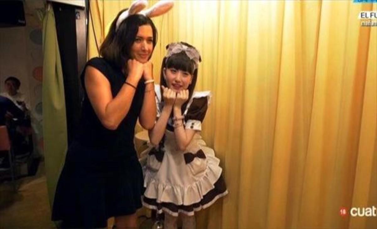 Alejandra Andrade, con una camarera japonesa, en Fuera de cobertura, el programa de Cuatro.