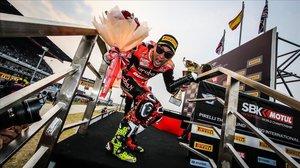 Álvaro Bautista, feliz, en las escaleras del podio de Buriram, en Tailandia, donde arrasó ayer en el Mundial de Superbikes.
