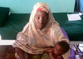 Amina Ali Darsha Nkeki, la primera chica de Chibok liberada desde su secuestro hace dos años, y su bebé.