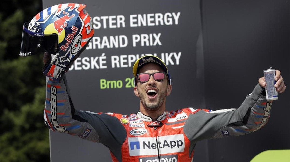 Andrea Dovizioso (Ducati) celebra, en el podio, su triunfo en Brno.