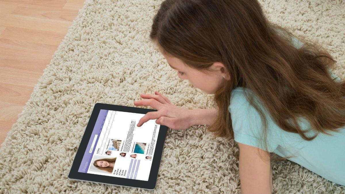 Una niña jugando con una tableta