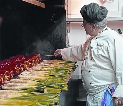 Antoni Aguilera, jefe de cocina de El Glop de Gràcia, prepara 'calçots'.
