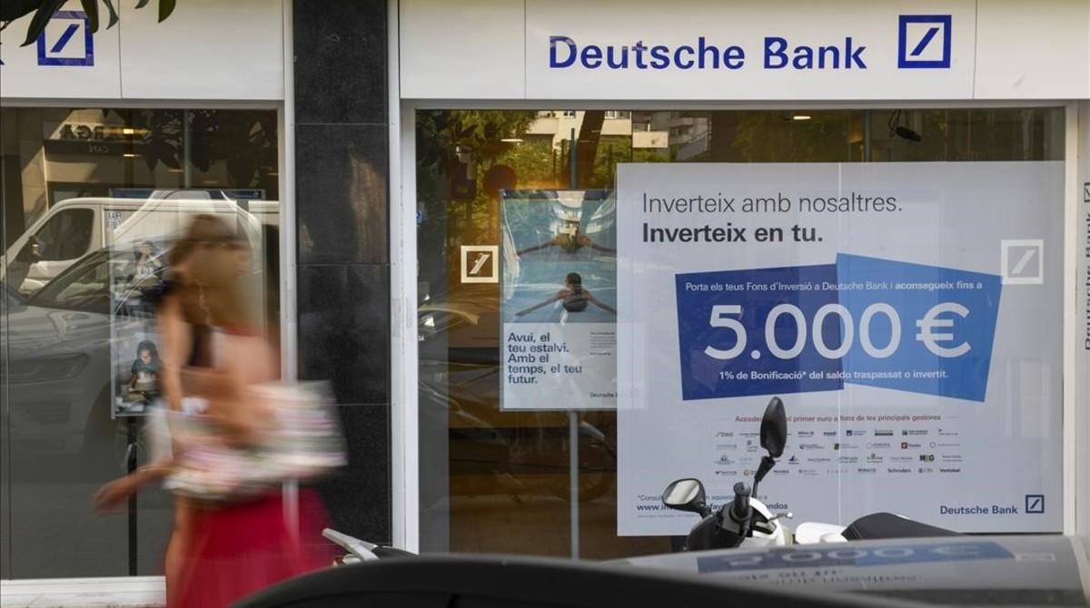 Anuncio de créditos en una entidad bancaria en Barcelona.