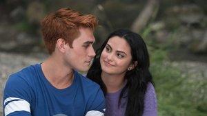 KJ Apa (Archie) y Camila Mendes (Veronica), en la tercera temporada de Riverdale.