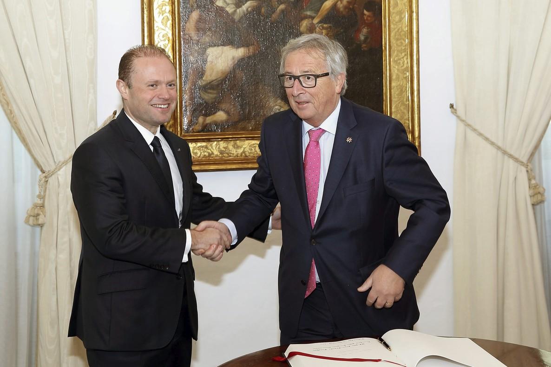 El presidente de la Unión Europea, Jean-Claude Juncker (d), firma el libro de visitas junto al primer ministro de Malta, Joseph Muscat (i), en el Castillo de Auberge en Valeta (Malta) este11 de enero del 2017.