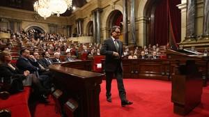 Artur Mas se dirige a la tribuna del Parlament durante el debate de investidura del 20 de diciembre del 2012.