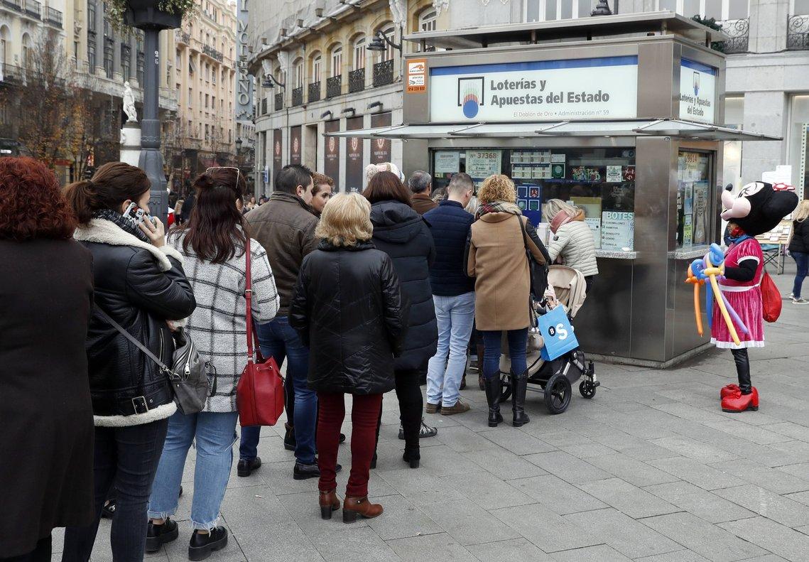 Cola de gentepara comprar Lotería de Navidad en uno de los quioscos autorizados.