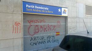 Aspecto de la persiana de la sede del PDECat de Sant Andreu de la Barca, con pintadas pidiendo cámara de gas para Artur Mas.