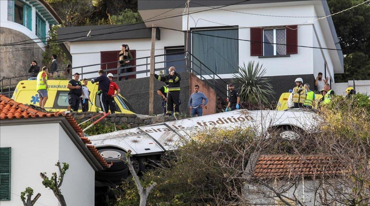 El autocar siniestrado en Canico, encima de una casa.