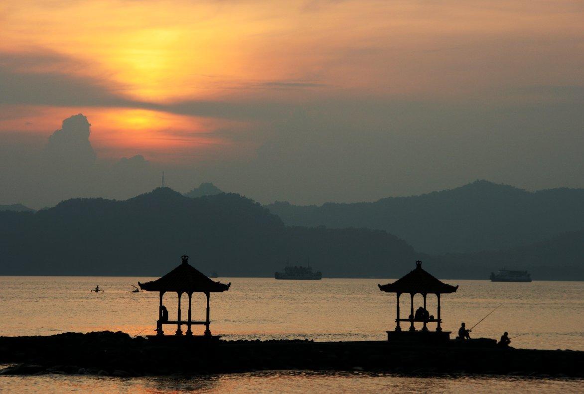 Puesta de sol en Candi Dasa (Bali).