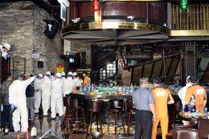 Bomberos y policías inspeccionan el club nocturno de Gwangjudonde ocurrió el accidente.