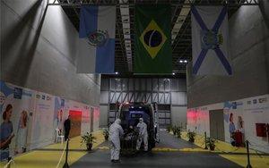 Ambulancia transporta a un enfermo de COVD-19 en Brasil.