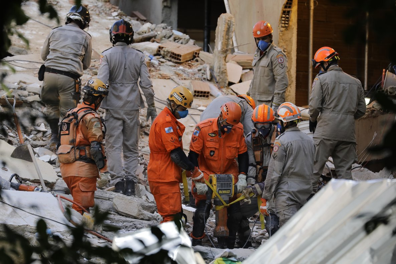 Trabajos de rescate en los edificios derrumbados en Río de Janeiro.