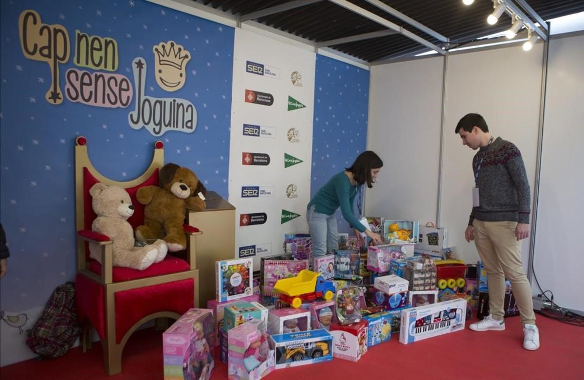 Una imagen del estand de 'Cap nen sense joguina' de Ràdio Barcelona, en la calle de Casp.