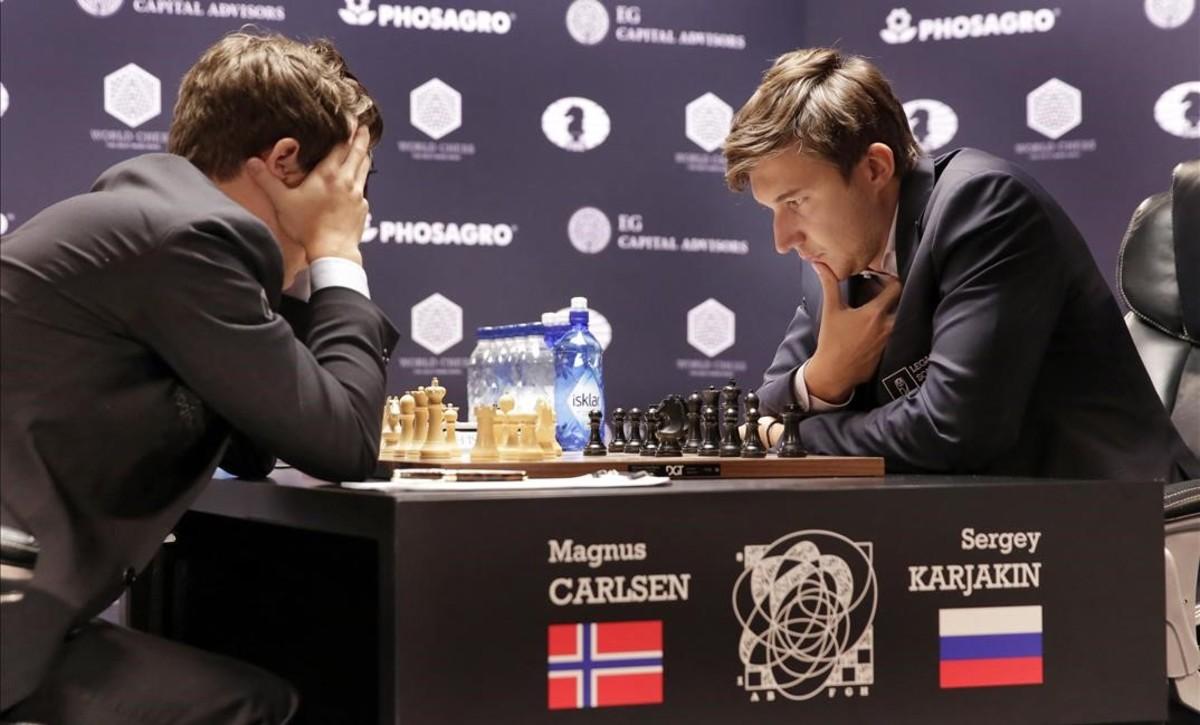 Carlsen y Karjakin, en un instante de la octava partida