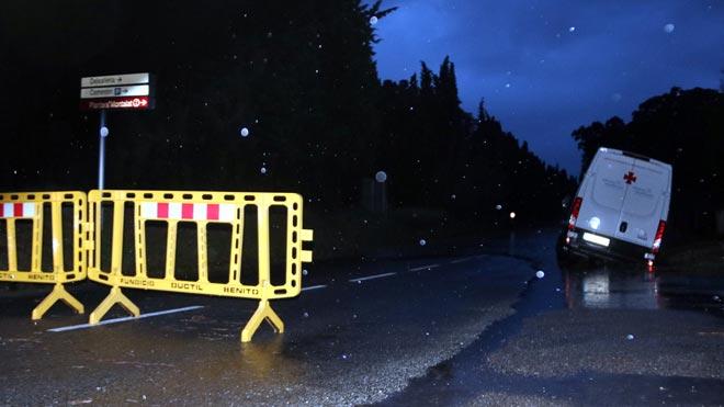 Carretera C-252en Vilabertran cortadacon un vehículo atrapado.